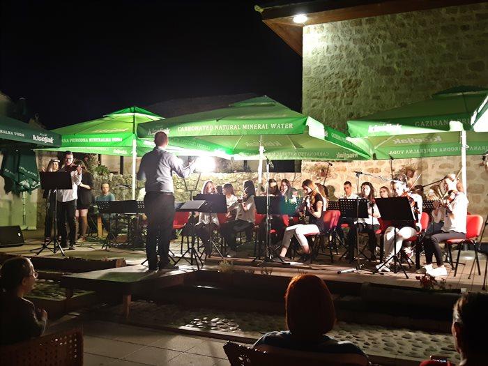 gimnazija koncert orkestar stolac.jpg