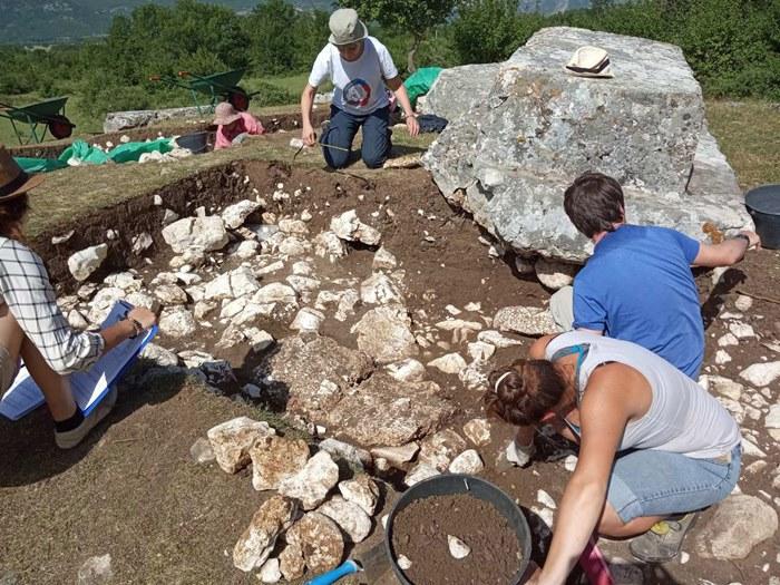 stecci bileca arheolozi (1).jpg