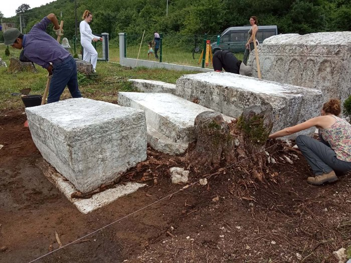 stecci bileca arheolozi (2).jpg