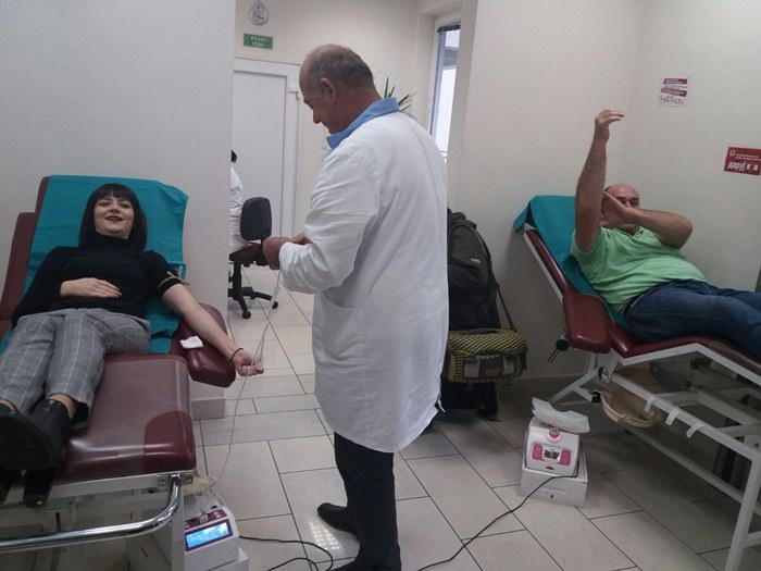 novinari darivaju krv.jpg