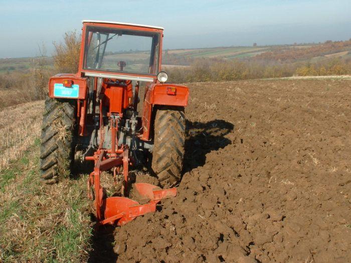 Traktor njiva.jpg