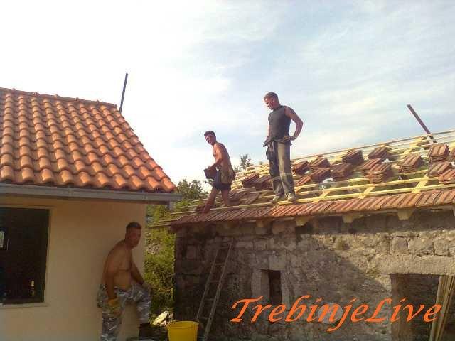 Pokrivanje kuca u selu Nenovici