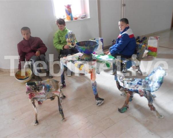 reciklirani eksponati za djecu u bijeloj