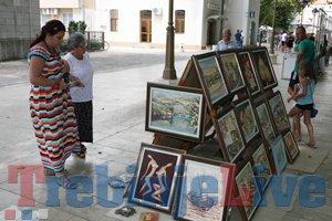 milinici prodaju slike pod platanima