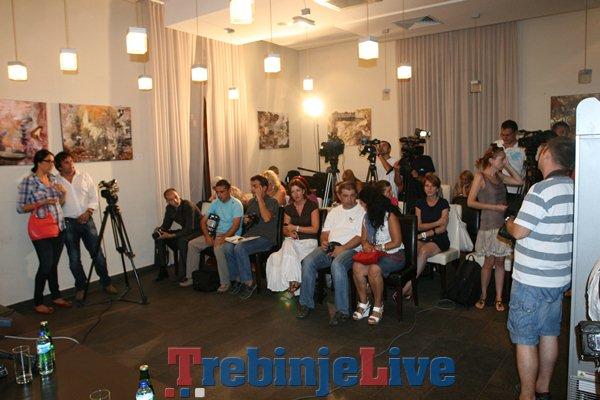 novinari na konferenciji emira i monike