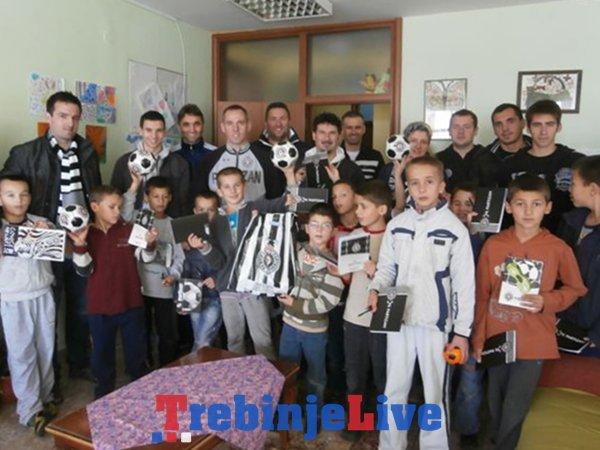 navijaci partizana u posjeti djeci doma mladost u bijeloj