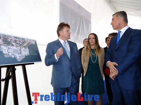 Vilson pokazuje Djukanovicu projekat