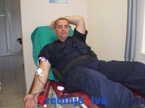 policajci darovali krv