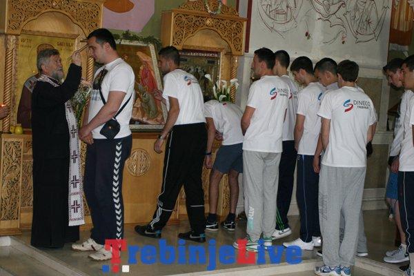 hodocasnici iz trebinja na krenuli na put ka manastiru ostrog