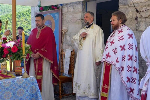 vladika grigorije sluzio svetu liturgiju u dolovima nadomak trebinja