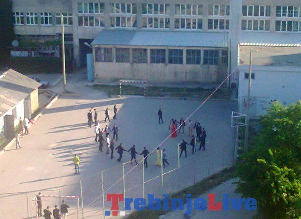 maturanti igraju kolo trebinje