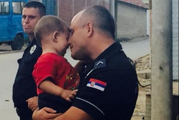Srpski policajac i migrant
