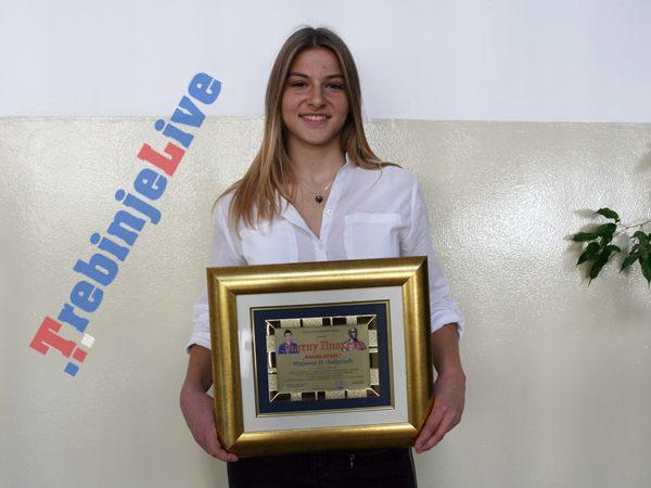 """Marina Anđelić, učenica Gimnazije """"Jovan Dučić"""", danas je u prostorijama ove ustanove potpisala ugovor o stipendiranju, koju porodicom Mrdić"""