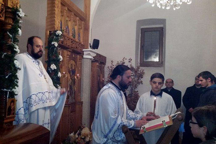 Božićne ponoćne liturgije služene su u četiri hrama na području Mostara - u Hramu Rođenja Presvete Bogorodice u Mostaru, Hramu Vaznesenja Gospodnjeg