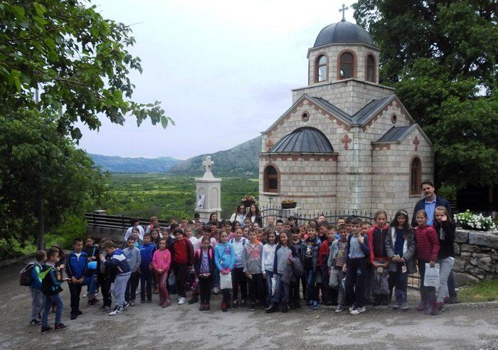 """U jednodnevnom izletu u manastire Tvrdoš i Zavala i u rodno selo Svetog Vasilija - Mrkonjiće, danas su bili učenici četiri odjeljenja četvrtog razreda Osnovne škole """"Vuk Karadžić"""" iz Polica. U dva autobusa, oko 90 učenika zajedno sa svojim učiteljima, posjetili su ove duhovne i kulturne svetkovine pravoslavne vjere, gdje su tom prilikom upoznati o značaju ovih manastira i rodnog mjesta Svetog Vasilija Ostroškog. Đaci su u Zavalu izveli prigodan kultuno-umjetnički program, a posjetili su i pećinu Vjetrenicu. Mnogi od učenika po prvi put su bili u nekom u ova tri mjesta, što je za sve đake bila jedinstvena prilika. Iako su već imali predznanje o pomenutim svetinjama, dodatne informacije koje su saznali prilikom posjete značiće im mnogo u sticanju znanja iz opšte kulture, kažu razredni učitelji."""