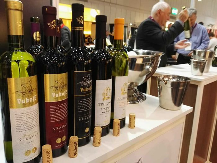 """Vina kompanije """"Podrumi Vukoje 1982"""" krstarenje Evropom započela su na najvećem Vinskom sajmu """"ProWein 2017"""" koji se održava u Dizeldorfu. Kao predstavnici na štandu regiona Hercegovine, svojim vinima i ovog puta oduševili su poznate svjetske enologe i sommeliere. Predstavljajući svoja vina koja su ponos Hercegovine i vinograda Vukoje, zabilježili su veliku posjećenost vinskih hodočasnika sa svih strana svijeta."""