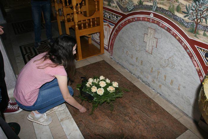 cvijece na ducicev grob